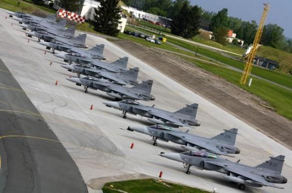 Lion Effort 2015 - Gripen sueco linha voo - foto via Base Aérea Caslav Rep Tcheca