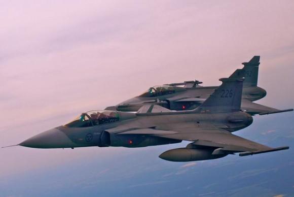 Lion Effort 2015 - Gripen sueco voo - foto via Base Aérea Caslav Rep Tcheca