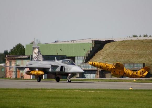 Lion Effort 2015 - Gripen tcheco e jato espetado - foto via Base Aérea Caslav Rep Tcheca