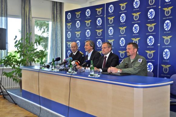 celebração tcheca 10 anos Gripen - coletiva de imprensa - fotos Min Def Rep Tcheca