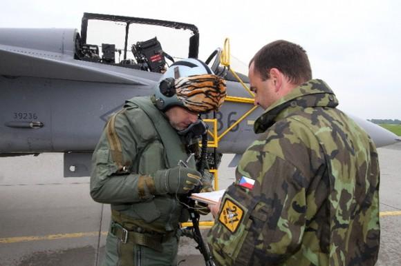 celebração tcheca 10 anos Gripen - piloto de Gripen tcheco - fotos Min Def Rep Tcheca