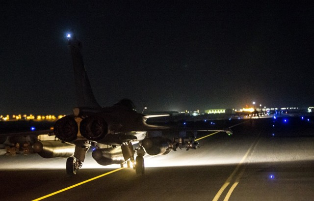 Rafale taxiando em missao contra o Estado Islamico - foto Min Def Franca