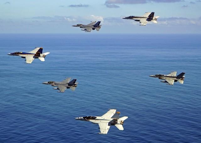 Super Hornets da USN e F-16 da FACh em voo conjunto out 2015 - foto USN