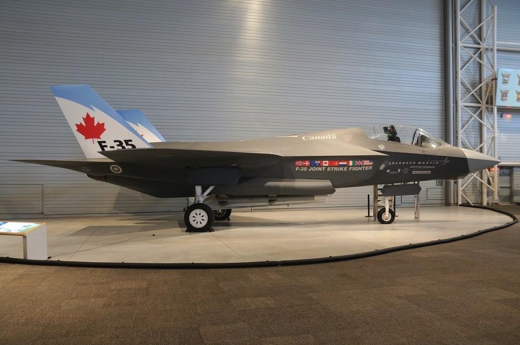 Lockheed_Martin_F-35_Lightning_II_(mock-up),_Canada_-_Air_Force_AN1753011