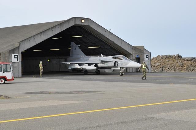 Gripen tcheco saindo de hangar na Islandia - foto MD Rep Tcheca