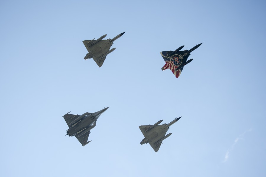 100-anos-La-Fayette-formatura-Mirage-2000N-e-Rafale-foto-Forca-Aerea-Francesa.jpg