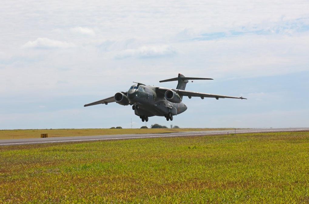 Segundo prototipo KC-390 decolando primeiro voo 28 abril 2016 - foto Embraer via Twitter
