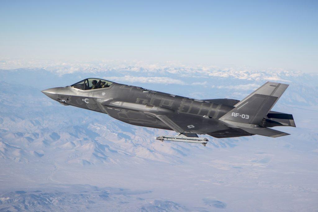 F-35 com míssil AIM-9X