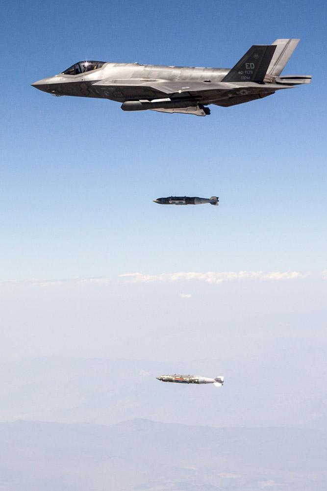 F-35A lançando duas JDAM