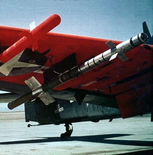 xaam-n-7-sidewinder-montado-na-asa-do-skyraider