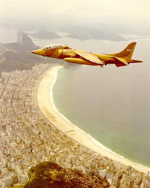 O Harrier voando sobre Copacabana