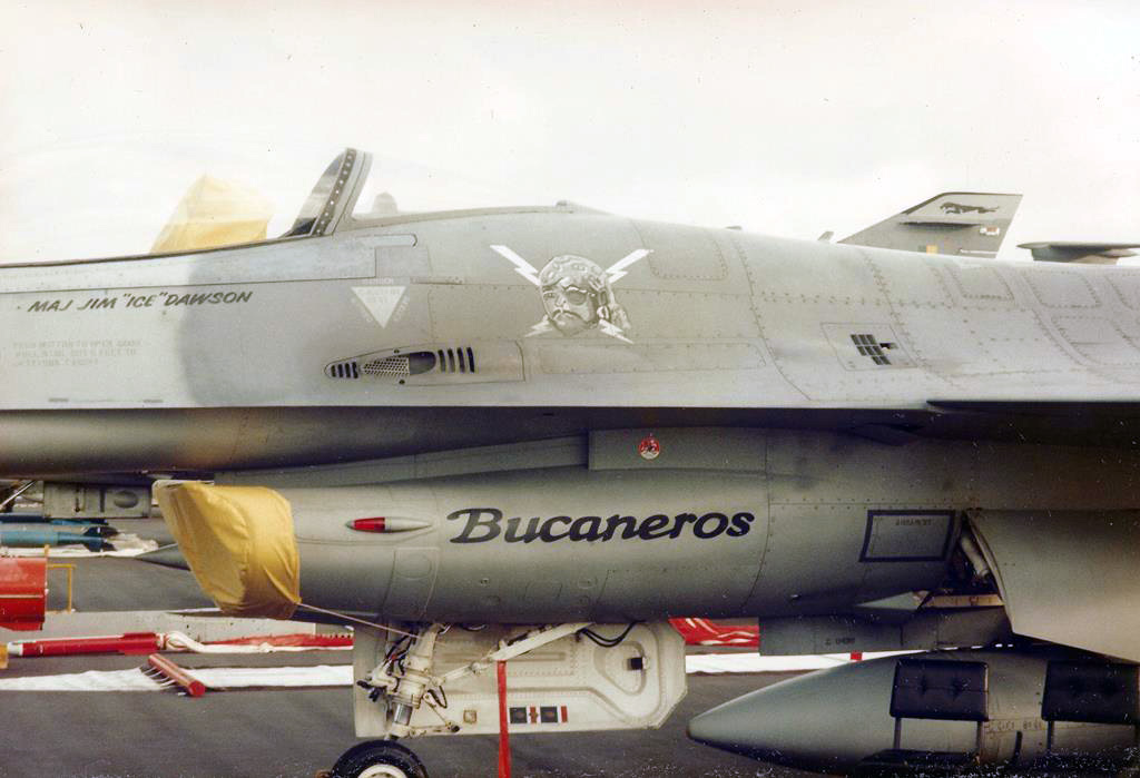 """Detalhes de um F-16 """"Bucanero"""""""