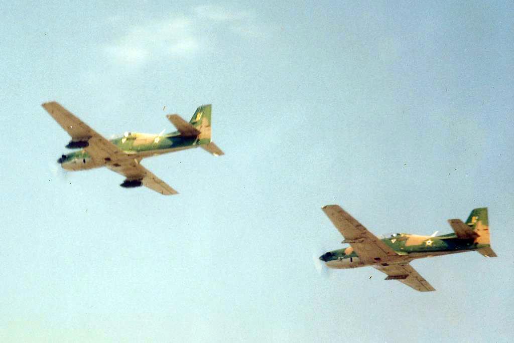 Dois Embraer T-27 Tucanos sobrevoando o evento