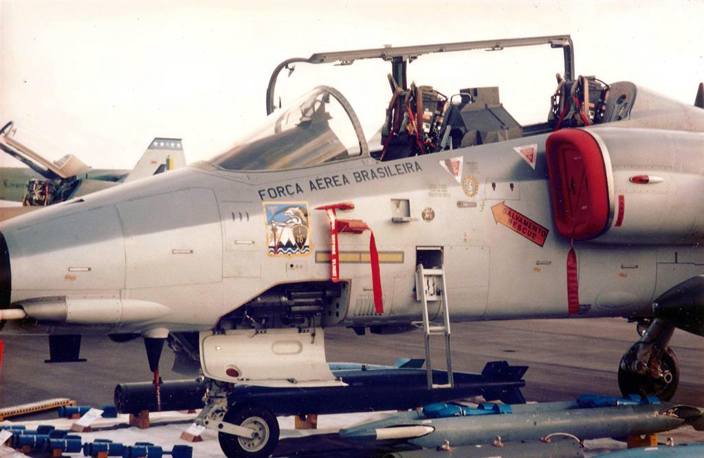 Embraer A-1B, do 1° Esquadrão do 16° Grupo de Aviação (1º/16º GAv), o conhecido Esquadrão Adelphi