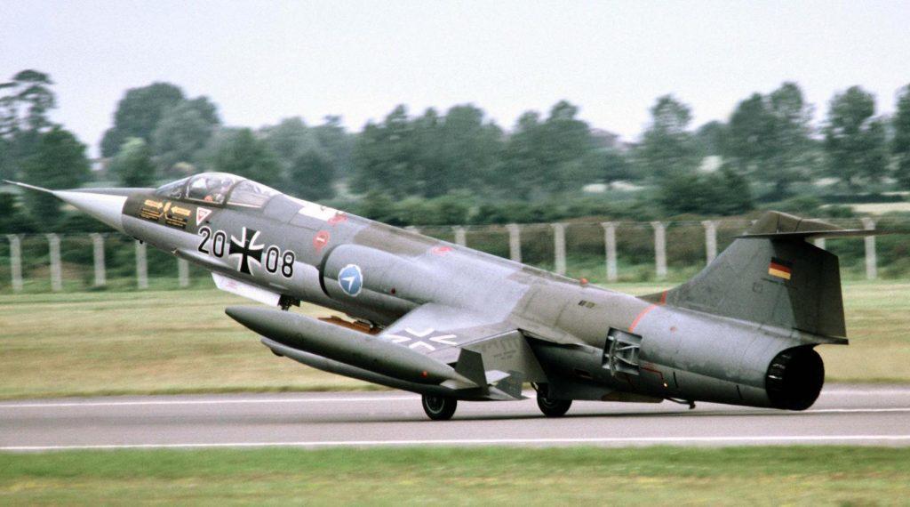 f-104-decolando