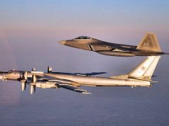 Caça F-22 Raptor escolta bombardeiro Tu-95MS