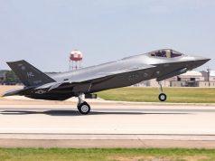 300º F-35 decolando das instalações da Lockheed Martin em Fort Worth, Texas