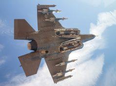 F-35 em voo de teste com armas externas