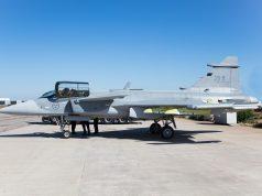 Saab Gripen E, 39-8. Equipado com um míssil ar-ar IRIS-T em cada ponta da asa, e quatro pilones sob as asas e o pilone central na fuselagem