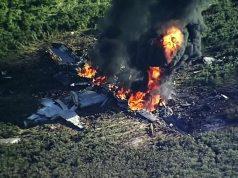 Imagem capturada de vídeo – fumaça e chamas sobem de um avião militar que caiu em 10 de julho de 2017, em um campo agrícola, em Itta Bena, Mississippi, matando 16 pessoas
