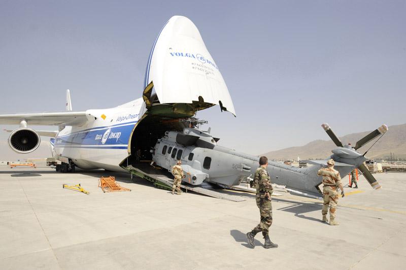 Desembarque do EC 725 do An-124 em Kabul