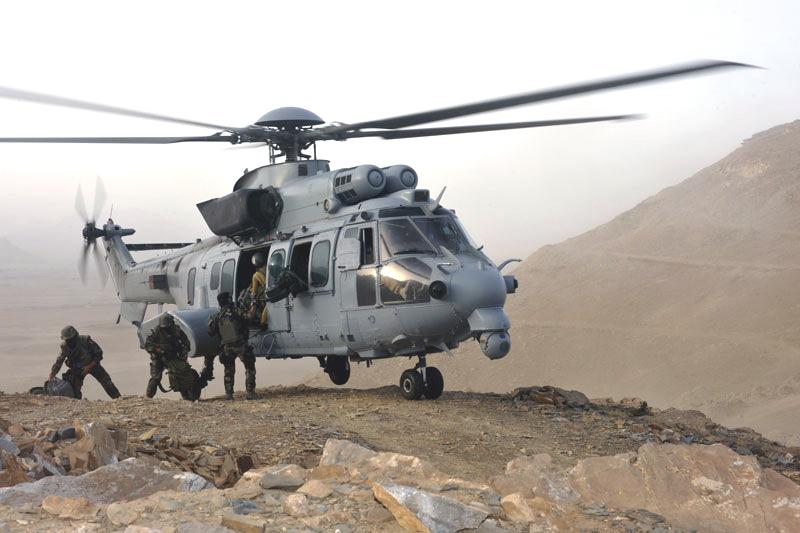 EC-725 operando com Comandos nas montanhas do Afeganistão
