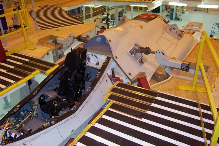 f-35-prototipo-secao-central-com-paineis-externos-e-secao-do-cockpit-unidas-foto-jsf-website