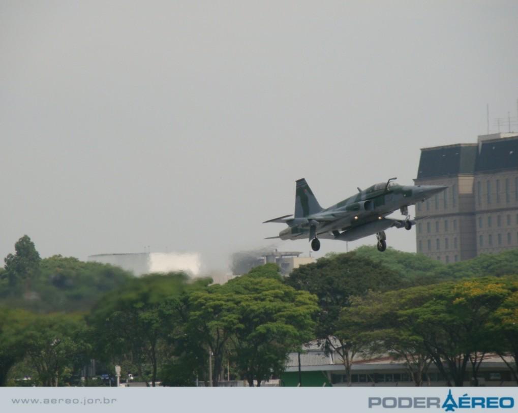 Domingo Aéreo  09 PAMA-SP - F-5EM passagem - foto  3 - Nunão