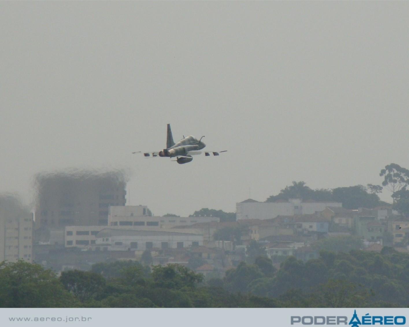Domingo Aéreo  09 PAMA-SP - F-5EM passagem - foto  4 - Nunão