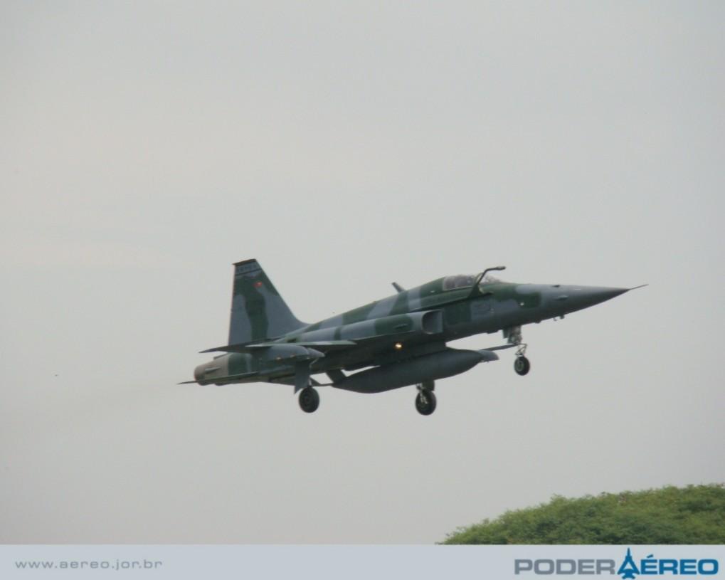 Domingo Aéreo  09 PAMA-SP - F-5EM passagem - foto Nunão