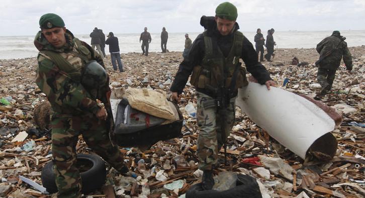 Equipes libanesas e destroços 737 Ethiopian Airlines - foto AP via G1