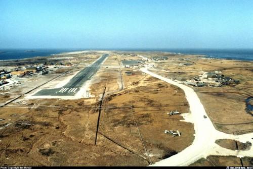 Aeropuerto de Puerto Stanley en las Islas Malvinas en 1985, con restos de aviones argentinos aún visibles