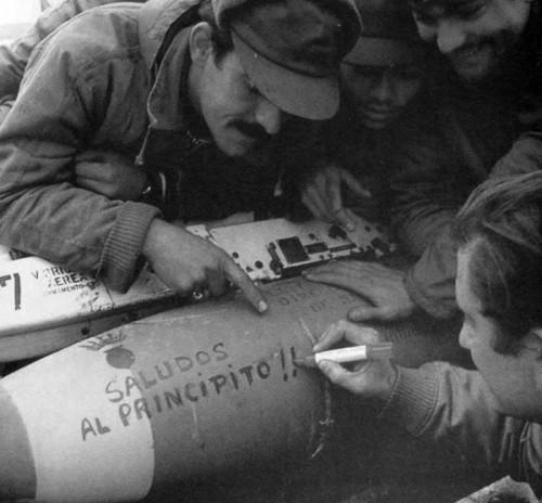 Armeiros da 5a Brigada Aérea mandam um recado numa bomba BR250 para o Príncipe Andrews embarcado na Frota Britânica