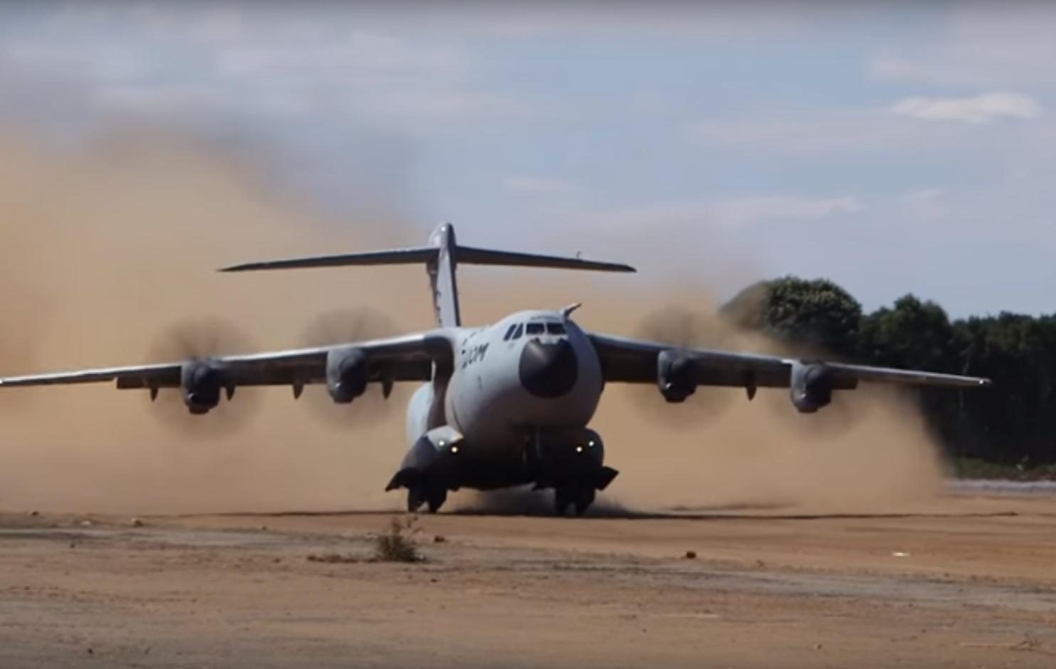 A400M-decolando-de-pista-de-terra.jpg