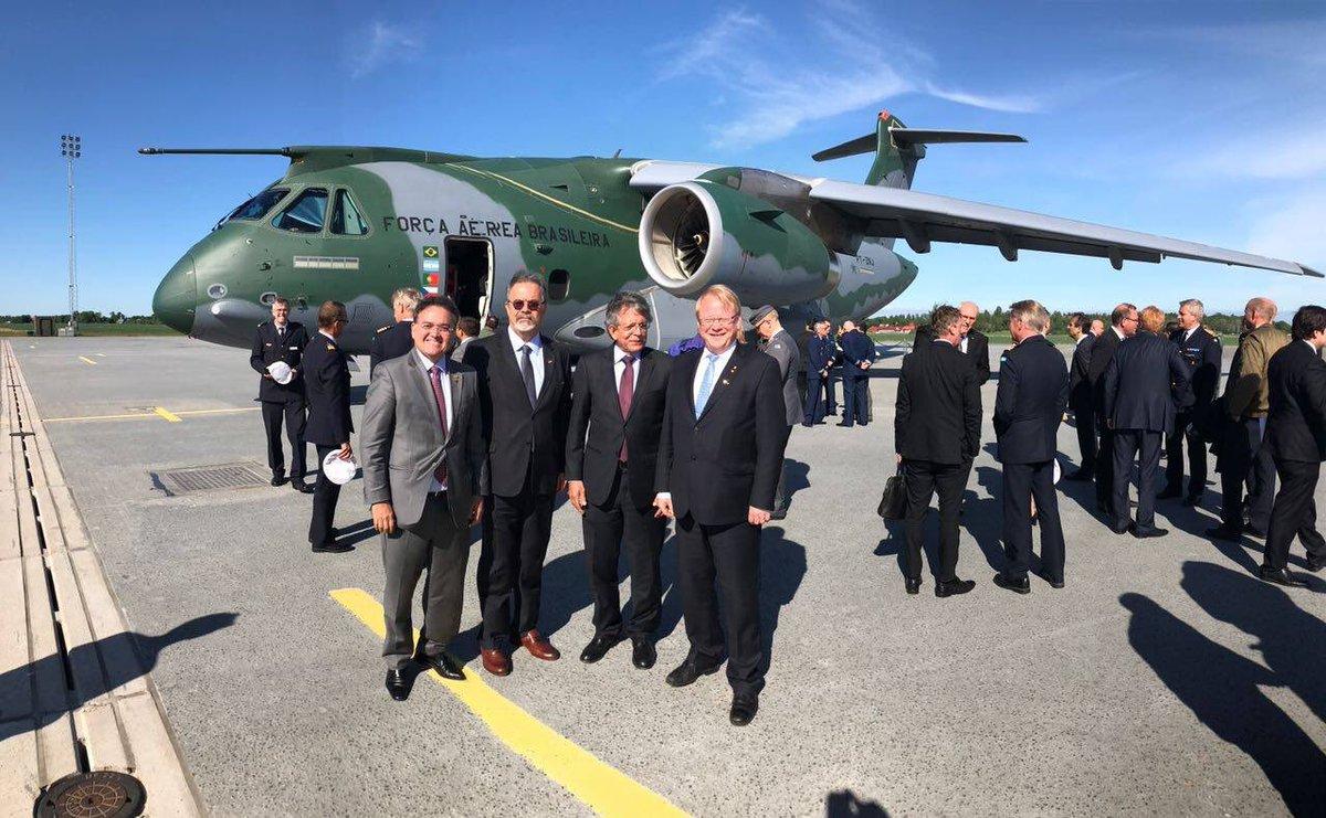Avión de Combate Polivalente Gripen E Apresenta%C3%A7%C3%A3o-do-KC-390-na-Su%C3%A9cia