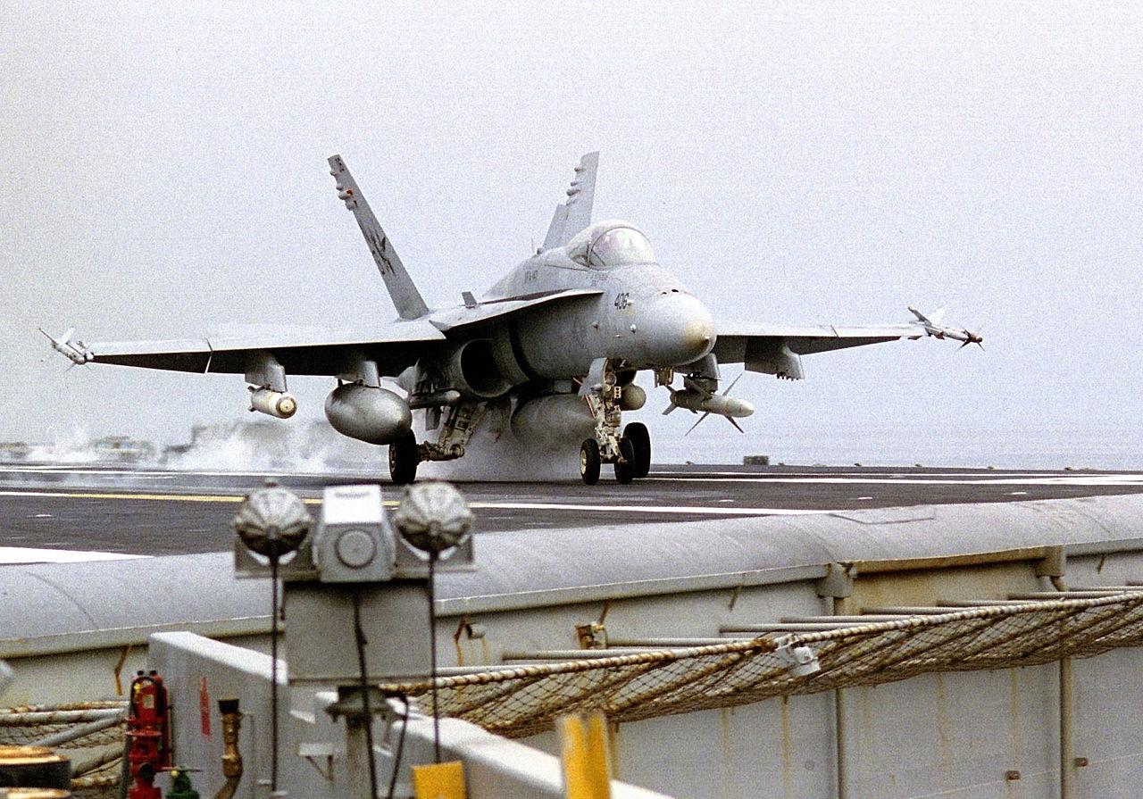 Hornet-decolando-com-bomba-de-fragmenta%
