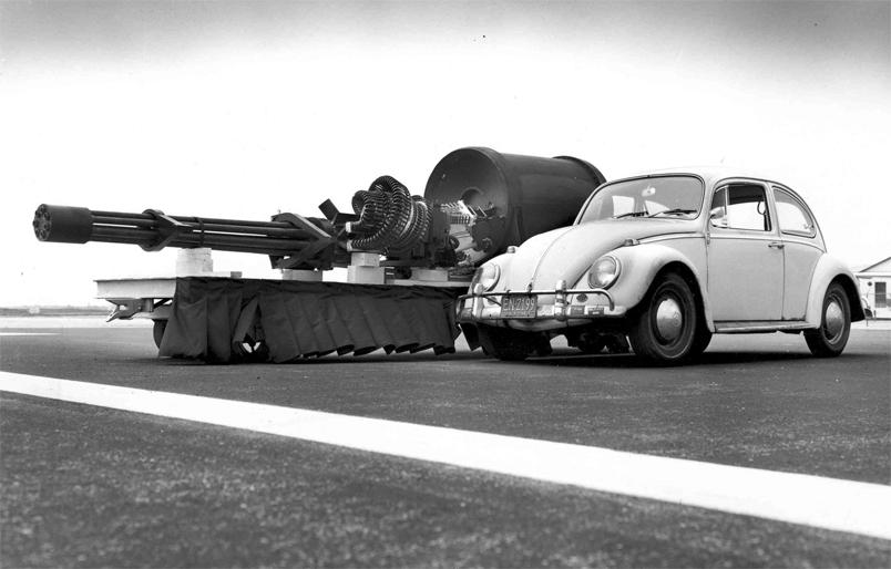 O tamanho do canhão GAU-8 30mm do A-10 Thunderbolt II comparado a um Fusca