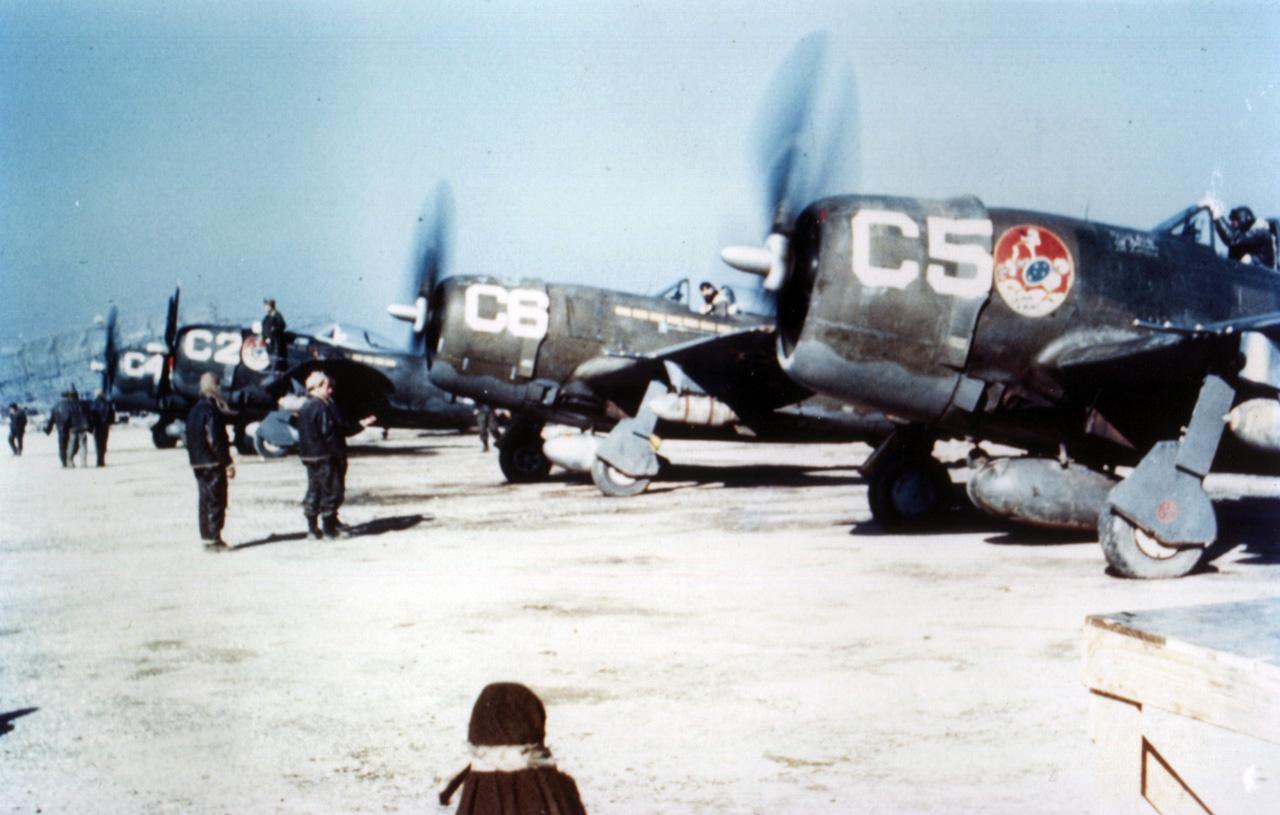 P-47s da FAB da Esquadrilha Azul do 1º Grupo de Caça prestes a decolar para uma missão na Itália