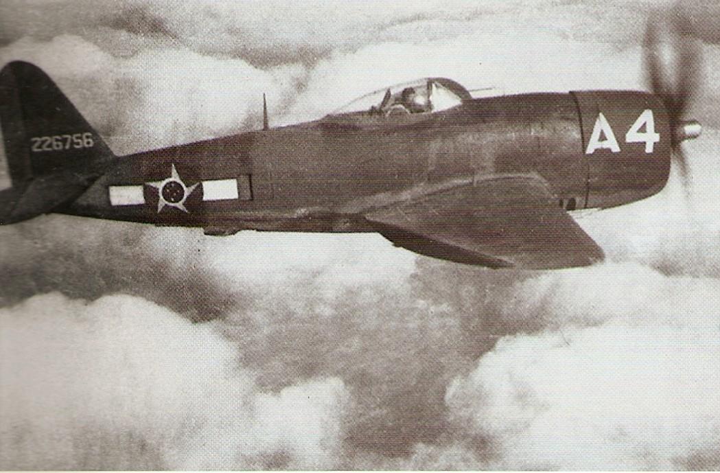 O Tenente Alberto Martins Torres fotografado voando o P-47 A4