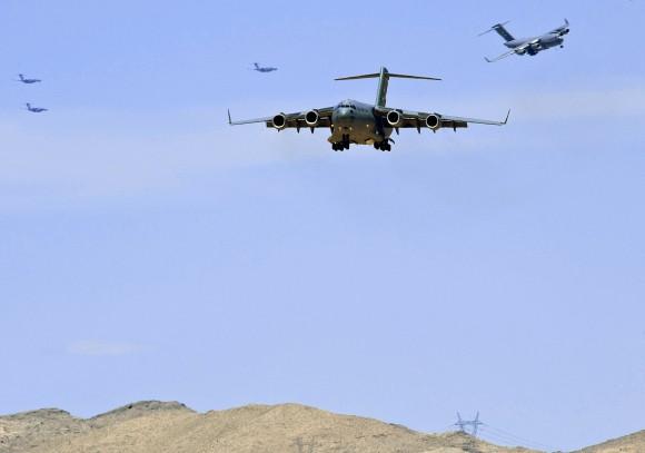 C-17 vindo para o pouso - foto USAF