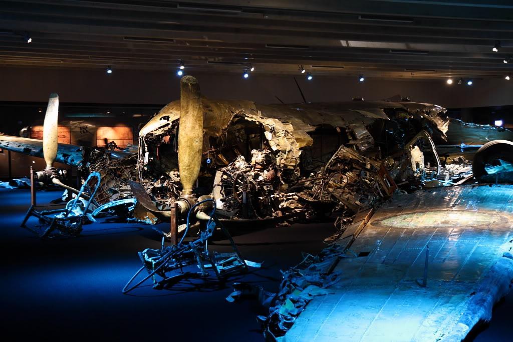Os destroços do DC-3 abatido estão expostos no Museu da Força Aérea Sueca - Foto: Alexandre Galante