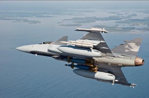 Gripen Demo com tanques maiores - foto S Kalm - Saab
