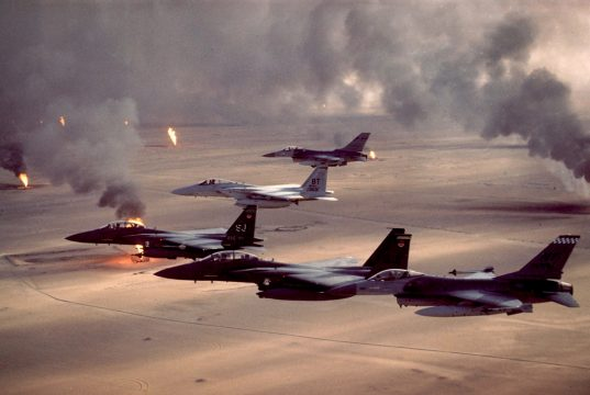Caças F-16 Fighting Falcons, F-15C e F-15E Eagles voam sobre os campos de petróleo em chamas durante a Operação Desert Storm no Iraque, em 1991