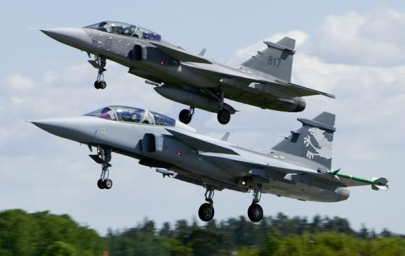 Gripen D e Gripen NG Demo - decolagem mostrando diferenças trens de pouso - foto Saab