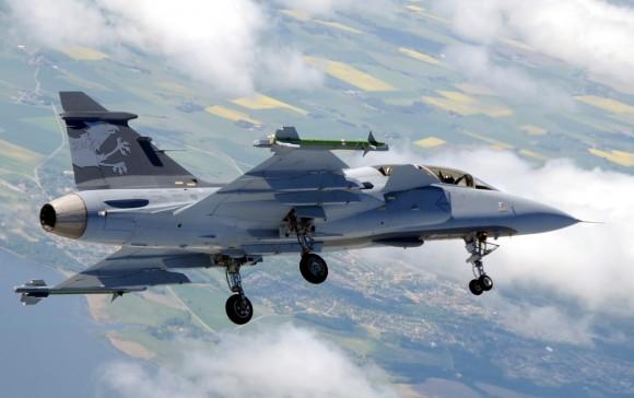 Gripen NG Demo - trem de pouso baixado em voo- foto Saab