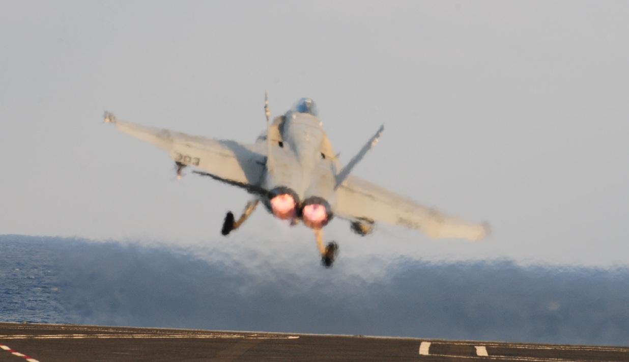 F-18 C Hornet lançamento - foto USN