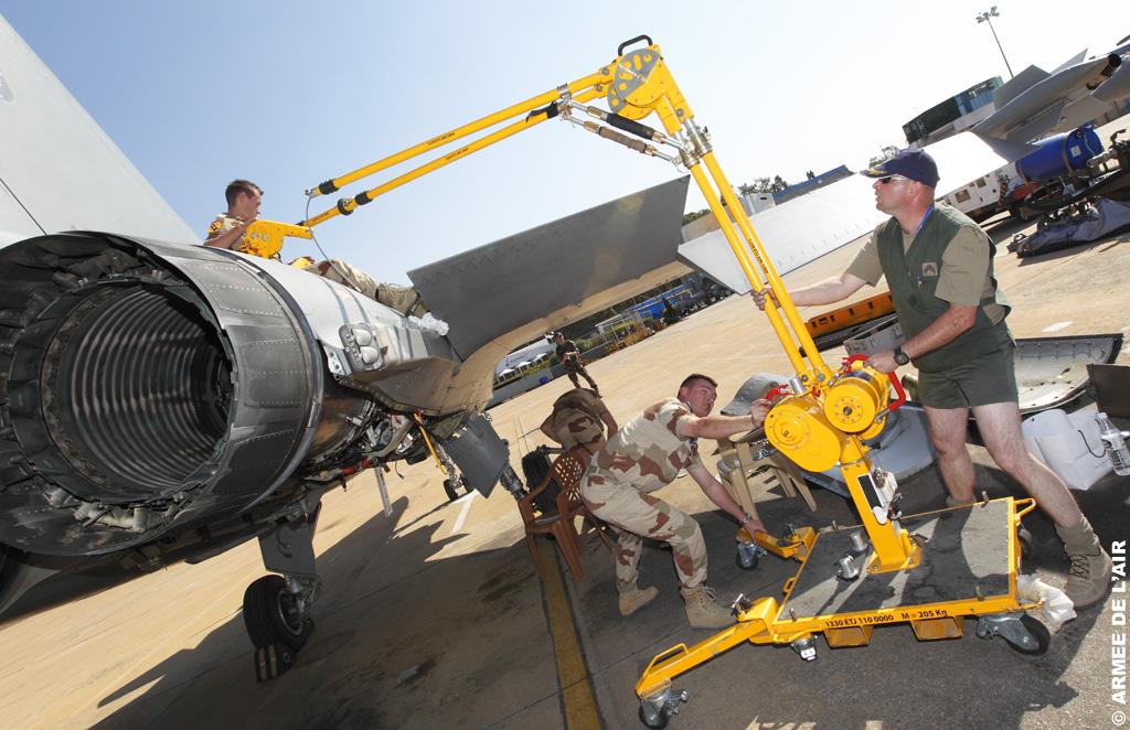 Rafale - trabalho da equipe de apoio no Aero India 2011 - foto Armee de lair