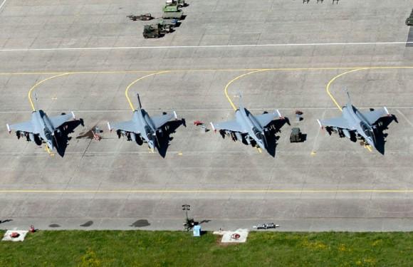 Rafale em linha de voo - foto Força Aérea Francesa
