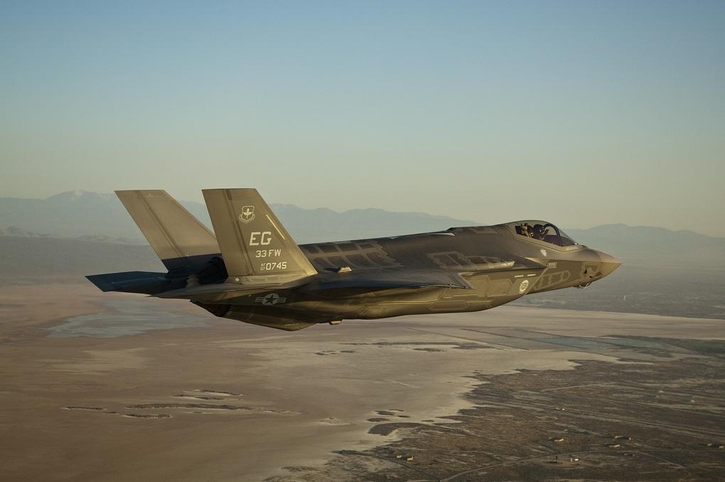 F-35 AF-7 - primeiro de produção aceito pela USAF - chegada a Edwards - foto Lockheed Martin