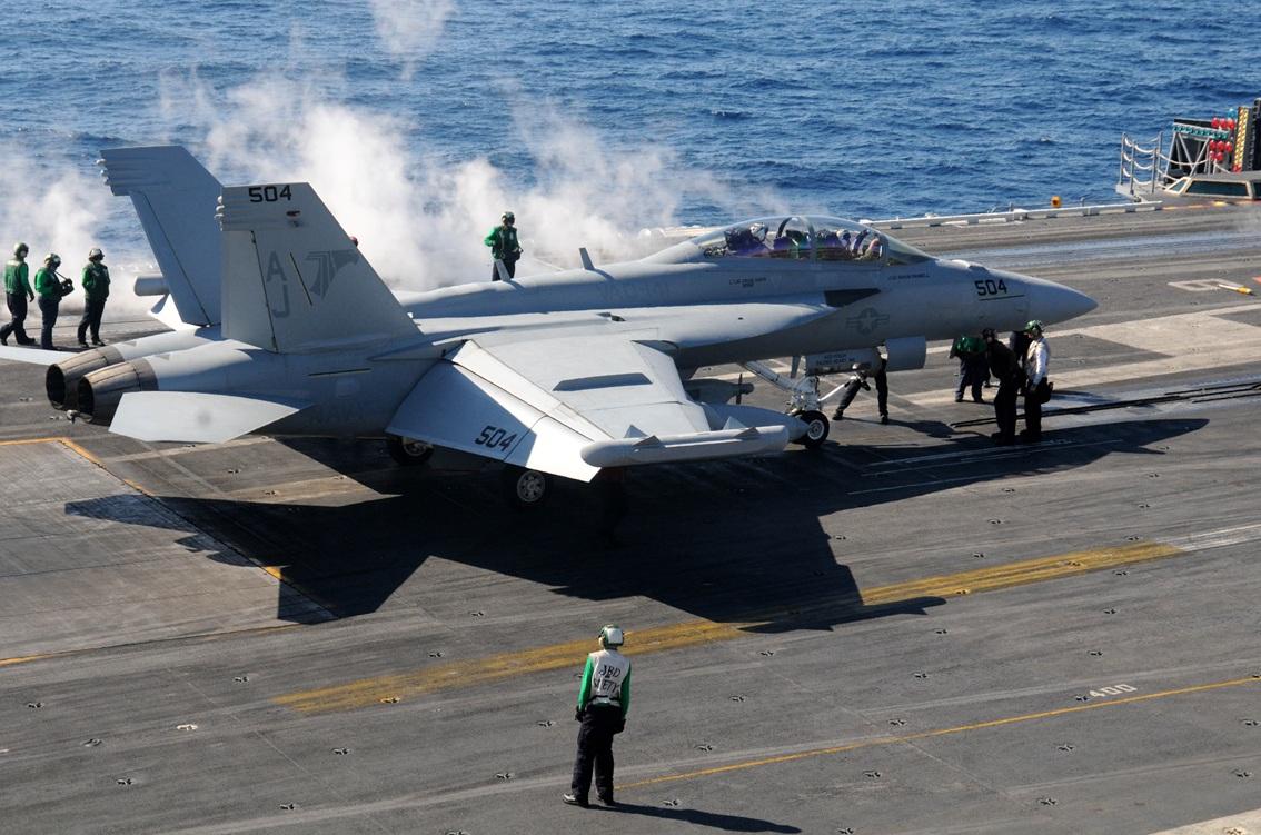 EA-18G Growler do Esquadrão de Ataque Eletrônico VAQ 141 no CVN 77 - foto USN